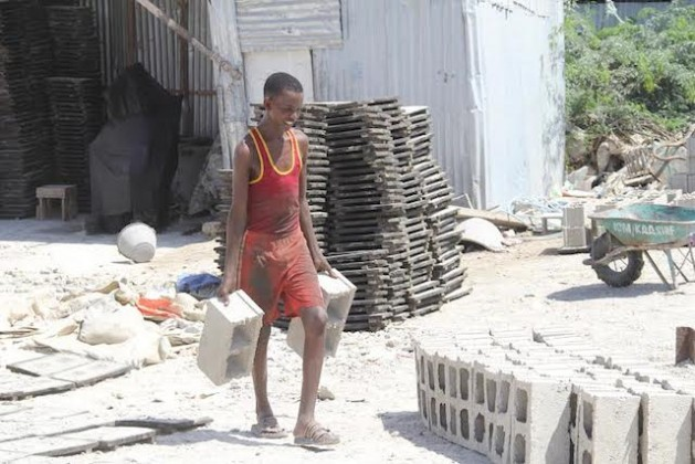 El desempleo de Somalia es uno de los más altos del mundo, ya que 54 por ciento de los somalíes entre 15 y 64 años no tienen trabajo. En cambio, parece que sí abundan los puestos para niñas y niños.. Crédito: Cortesía Alinoor Salad