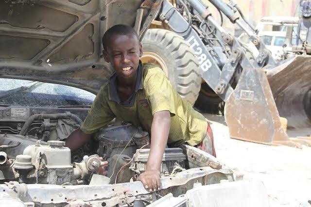 Los niños como Hassan Abdullahi Daule, de 11 años, reciben salarios inferiores a los de los adultos, aun cuando desempeñen las mismas funciones. Crédito: Cortesía Alinoor Salad