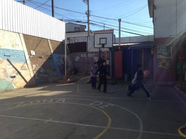 El patio de juegos de la escuela básica San Judas Tadeo, en el cerro San Juan de Dios de Valparaíso, Chile. Crédito: Diana Cariboni/IPS
