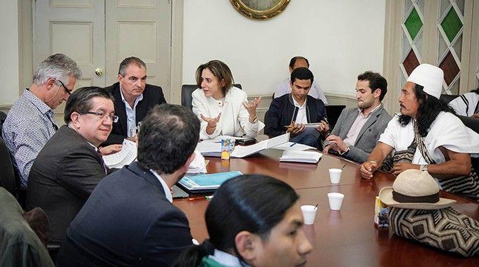 Un momento de las negociaciones que conduce el ministro del Interior, Aurelio Iragorri (en la cabecera de la mesa), con la Cumbre Agraria, Étnica y Popular. Crédito: Ministerio del Interior de Colombia