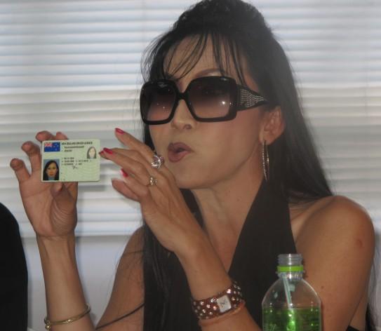 """En Nueva Zelanda, donde Sujinrat Prachathai tiene residencia, es una mujer que puede anteponer a su nombre """"Sra."""" para indicar que está casada. En cambio, en Tailandia, sigue siendo legalemnte un hombre, a pesar de que se hizo una cirugía de cambio de sexo hace años. Sarah muestra su documento de identidad, que la reconoce como mujer. Crédito: Sutthida Malikaew/IPS"""