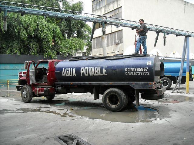 Un camión cisterna se carga de agua en el barrio de El Paraíso, suroeste de Caracas, para después venderla en barrios pobres o edificios de clase media a los que el recurso no llega. Crédito: Raúl Límaco/IPS