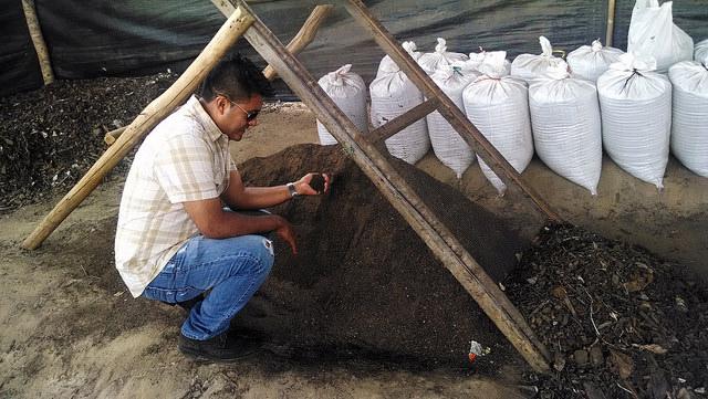 """El alcalde José Antonio Bardález en la planta de tratamiento de """"Jepe abono"""" que ha instalado para generar cambios sostenibles en su distrito de Jepelacio, en la Amazonia peruana. Crédito: Milagros Salazar/IPS"""