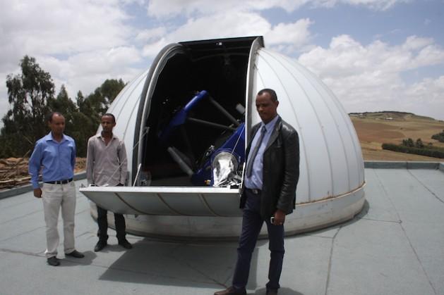 Solomon Belay, director del Centro de Investigación y Observación de Entoto, a la derecha de uno de los dos telescopios del Observatorio de Entoto. Crédito: James Jeffrey/IPS