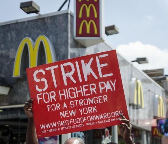 Trabajadores de comida rápida en huelga por mayores salarios en la ciudad de Nueva York, en julio de 2013. Crédito: Annette Bernhardt/cc by 2.0
