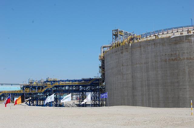 El estanque de almacenamiento de gas natural inaugurado por la presidenta Michelle Bachelet el 14 de mayo, que completa la terminal de gas  natural de Mejillones. Crédito: Marianela Jarroud/IPS