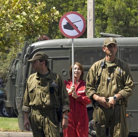 Manifestación pacífica frente a la embajada de Estados Unidos en Chile que reclama el retiro de las fuerzas estadounidenses en territorios ocupados. Crédito: Rafael Edwards/Ressenza via Flickr/CC 2.0