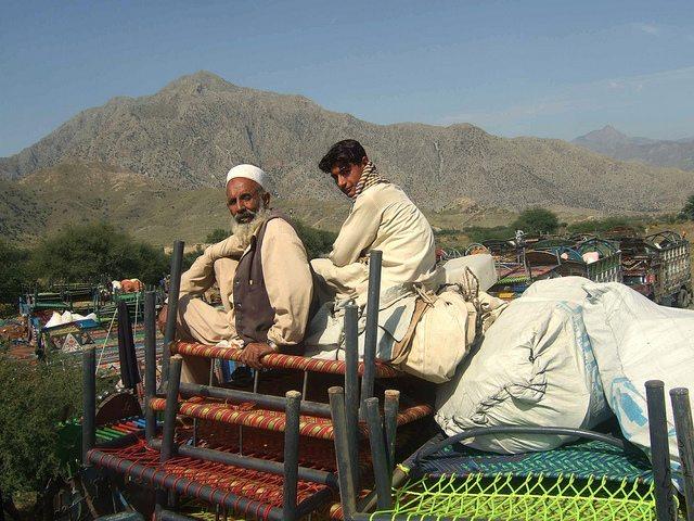 Muchos viajan durante días por caminos de tierra, con calores de 45 grados, para llegar a una zona segura, sin comida ni agua en el camino. Crédito: Ashfaq Yusufzai/IPS