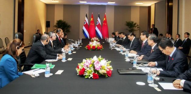 Los presidentes de China, Xi Jiping, y de Costa Rica, Luis Guillermo Solís, ambos ante el micrófono, durante su reunión de trabajo el 17de julio en Brasilia. Crédito: Presidencia de Costa Rica
