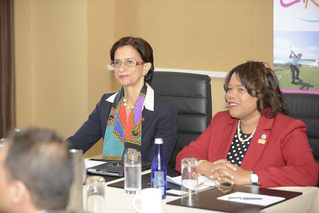 La primera ministra Saint Maarten, Sarah Wescot-Williams (izquierda), y la presidenta de la Organización de Turismo del Caribe, Beverly Nicholson-Doty. Crédito: Desmond Brown/IPS