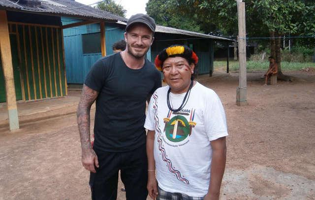 El chamán Davi Kopenawa y David Beckham, el exastro del fútbol británico visitó el territorio yanomami en marzo. Crédito: Cortesía de Nenzinho Soares/Survival