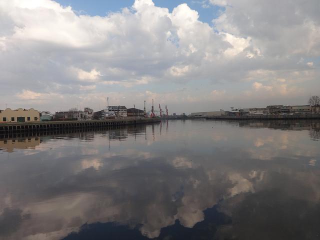 Área industrial del Riachuelo, con el puerto al fondo, en Buenos Aires. Desde que en 1801 se instalaron las primeras fábricas en su ribera, se hizo habitual lanzar los desperdicios al río. Ahora hay 15.000 industrias, de las que 459 se reconvirtieron para no contaminar y otras 1.300 están en ese proceso. Crédito: Fabiana Frayssinet /IPS
