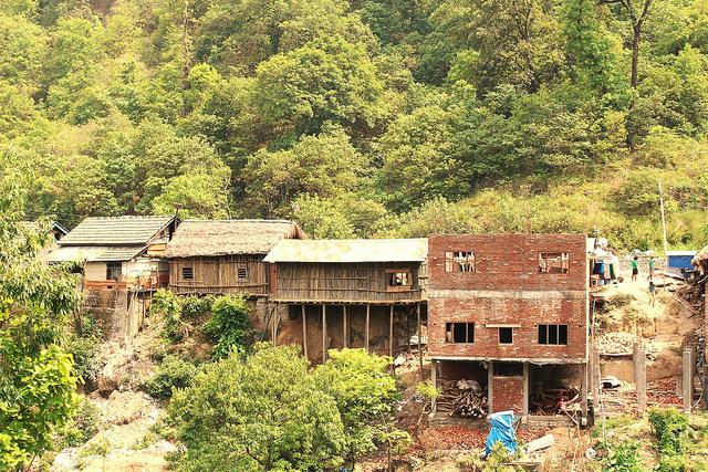 La mayoría de las viviendas en la aldea nepalí de Holiya, propensa a las inundaciones, quedan vacías cuando azotan los monzones, pero las familias se ven obligadas a regresar una vez pasado el desastre. Crédito: Naresh Newar/IPS