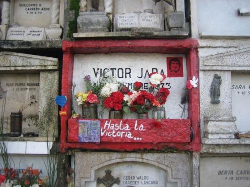 """""""Hasta la victoria"""" se lee en el nicho que guarda los restos de Víctor Jara en el Cementerio General de Santiago. Ahora podrá juzgarse a sus asesinos. Crédito: Dominio público"""
