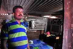 Sevarathnam Mountbatten, viudo de 33 años y excombatiente rehabilitado de los separatistas Tigres para la Liberación de la Patria Tamil Ealam (LTTE) se desplaza 80 kilómetros al día para visitar a su novia, mientras aguarda con impaciencia el día de la boda. Crédito: Amantha Perera/IPS.