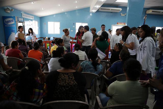En el atestado albergue gubernamental de San Pedro Sula, familias deportadas con niños reciben instrucciones para su censo y el retorno a sus comunidades hondureñas de origen. Crédito: Thelma Mejía/IPS
