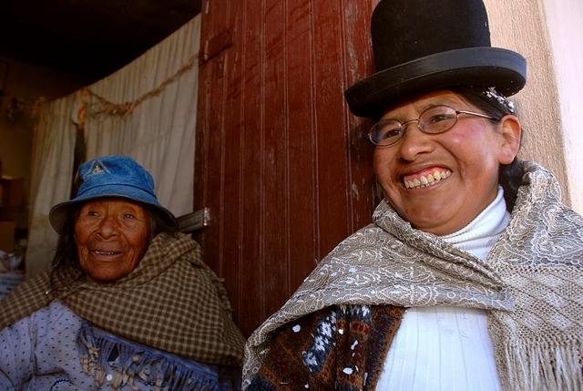 La quechua Delfina Laura y la aymara Flavia Amaru, en un área rural de Bolivia. Las mujeres rurales e indígenas son las más excluidas de los esfuerzos de América Latina por reducir la inseguridad alimentaria. Crédito: Franz Chávez /IPS