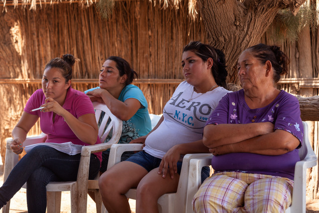 Un grupo de mujeres cucapah, en el ejido Indiviso, en la Comunidad Indígena Cucapah El Mayor, en el estado mexicano de Baja California, durante la asamblea en que se discutió como llevar adelante la consulta para reformar los aspectos de la reserva que les impiden pescar