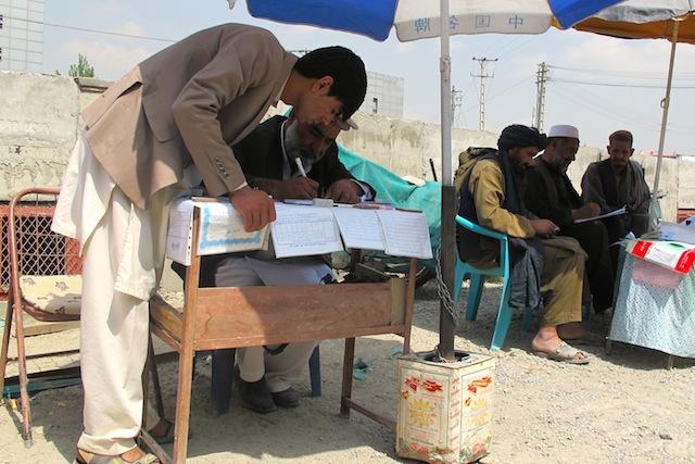 Los copistas o escribas pueden ganar más de un dólar por cada documento que redactan para los muchos afganos que no saben leer y escribir, en un país donde 66 por ciento de la población es analfabeta, 82 por ciento en el caso de las mujeres. Crédito: Karlos Zurutuza/IPS