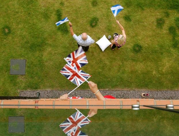 La bandera azul y blanca de Escocia, la Saltire, junto a la de Gran Bretaña, la Union Jack, durante los Juegos de la Mancomunidad de Naciones en 2014. Crédito: Vicky Brock/cc by 2.0