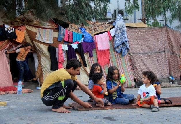 Niños de la familia Abu Sheira delante de la tienda de campaña que instalaron en el terreno del hospital Al Shifa, en Gaza. Crédito: Khaled Alashqar/IPS