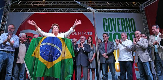 La reelecta presidenta de Brasil, Dilma Roussef, saluda tras conocer su triunfo la noche del domingo 26. Crédito: Ricardo Stuckert/ Instituto Lula