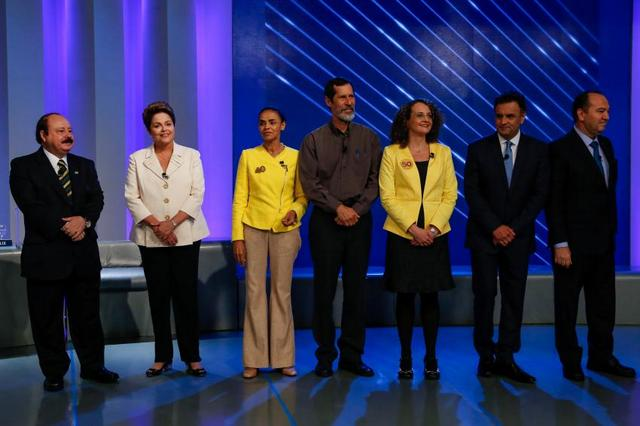 Foto de familia de los candidatos presidenciales a los comicios brasileños del domingo 5, durante el último debate de la campaña, el jueves 2. Por la izquierda, la presidenta Dilma Roussef y a su lado Marina Silva, las dos mujeres que han protagonizado la contienda. Crédito: Ichiro Guerra/Dilma 13