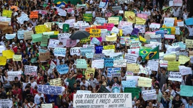 Las reformas políticas prometidas durante la campaña por la reelegida presidenta de Brasil, Dima Rousseff, como respuesta a las masivas protestas de junio y julio de 2013, comienzan a entrabarse en la semana siguiente a ser apoyadas en las urnas. Crédito: Cortesía de Ibase