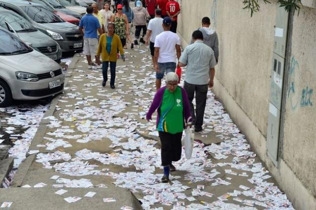 Basura electoral en las inmediaciones de un centro de votación en un barrio populoso de Río de Janeiro, un día después de la primera vuelta de las elecciones en Brasil, en una metáfora de la dominante campaña sucia previa. Crédito: Tânia Rêgo/Agência Brasil
