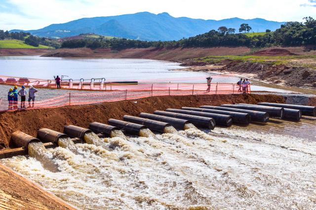 La represa Jacareí, que integra el Sistema Cantareira, comenzó a bombear aguas bajo el nivel de captación hacia la región metropolitana de São Paulo, en Brasil. Crédito: Vagner Campos/Fotos Públicas