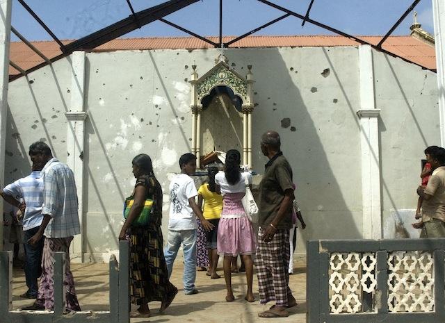 Fieles reunidos cerca de la dañada capilla del Sagrado Corazón en agosto de 2009, tres meses después del final de la guerra civil en Sri Lanka. Crédito: Amantha Perera/IPS