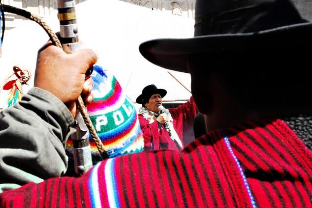 El presidente indígena de Bolivia, Evo Morales, pronuncia un discurso en La Paz durante una ceremonia de reconocimiento de autoridad a líderes indígenas, uno de los cuales enarbola un bastón de mando junto a un garrote, símbolos de gobierno en las comunidades aymaras del occidente del país. Crédito: Franz Chávez /IPS