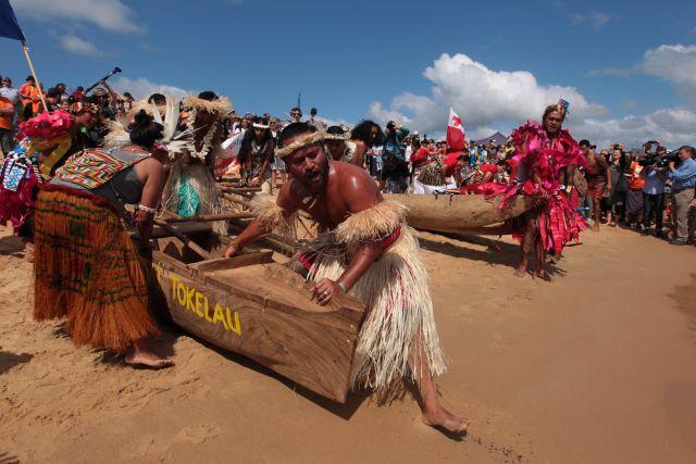 Mikaele Maiava, de Tokelau, con otros activistas de Guerreros Climáticos del Pacífico en el puerto de carbón de Newcastle, Australia. Crédito: Dean Sewell/Oculi para 350.org