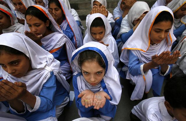 Colegialas de Peshawar rezan por Malala Yousafzai. Crédito: Ashfaq Yusufzai/IPS