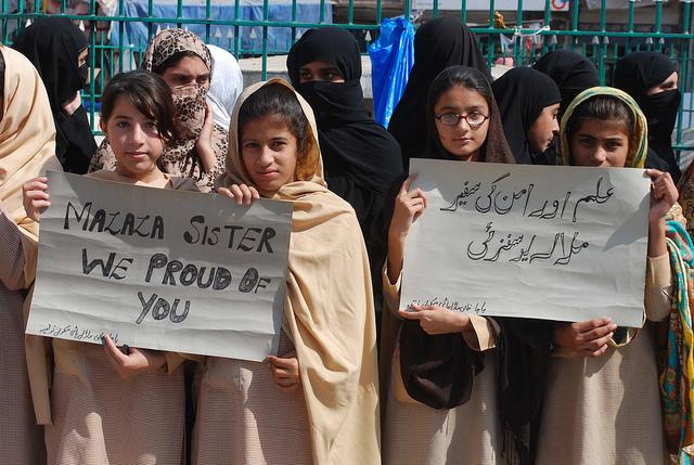 Colegialas en una manifestación en Peshawar a favor de Malala Yousafzai. Crédito: Ashfaq Yusufzai/IPS.