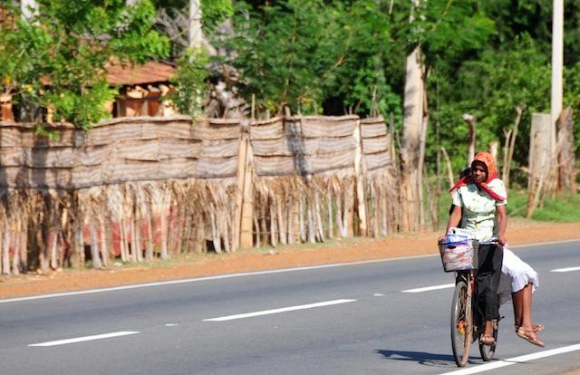 Una mujer lleva un pañuelo para cubrir su cabeza del calor sofocante en el norteño distrito de  Jaffna, en Sri Lanka, donde las temperaturas pueden llegar a 40 grados centígrados de día. Crédito: Amantha Perera/IPS.