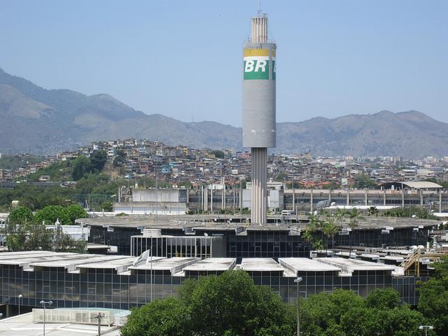Edificio circular, con laboratorios y oficinas de Cenpes, instalado en 1973 en la Isla de la Ciudad Universitaria. Al fondo el Complejo de Favelas de Maré y  la Floresta de Tijuca, de Río de Janeiro. BR es el símbolo de la empresa petrolera estatal Petrobras, de la que Cenpes es brazo de investigación y desarrollo. Crédito: Mario Osava/IPS