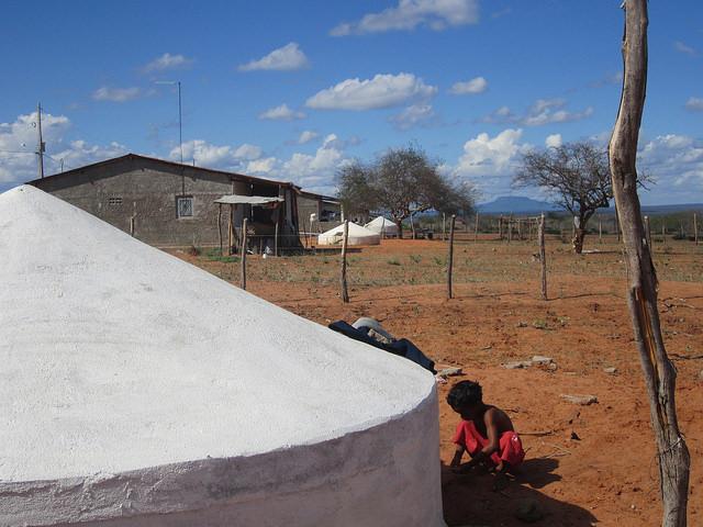https://farm8.staticflickr.com/7564/15548117970_efa901e147_o.jpg  Un asentamiento rural en el estado de Pernambuco, en el Nordeste de Brasil, con cisternas para recoger, almacenar y potabilizar agua de lluvia, que forman parte de las pequeñas obras comunitarias que proliferan en la región. Crédito: Mario Osava/IPS