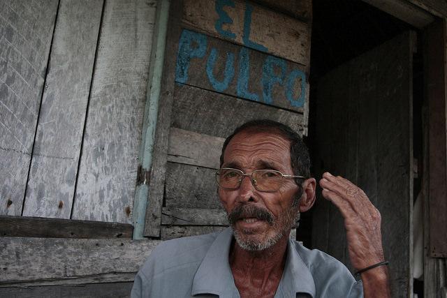 El maderero Enrique Rodríguez se ha dedicado toda la vida a la explotación de biocarbón y lamenta que no haya generación de recambio para su oficio. Crédito: Jorge Luis Baños/IPS