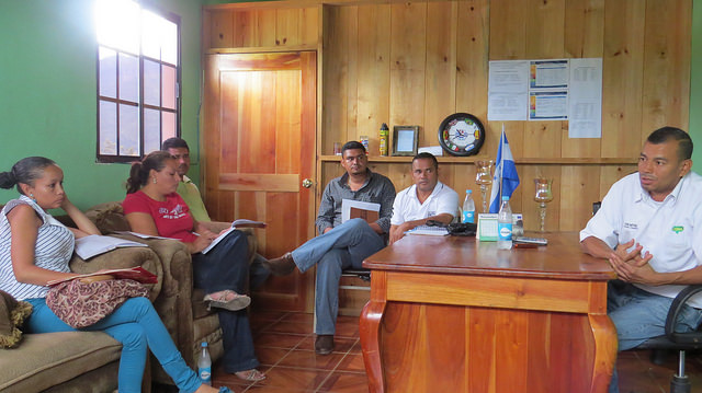 El alcalde Sandro Martínez, reunido en la corporación municipal de Victoria, en el departamento hondureño de Yoro, con parte del equipo responsable del Promusan, para compartir su experiencia con Tierramérica. Crédito: Thelma Mejía/IPS