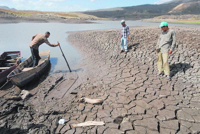 El lago de Las Canoas, cerca de la capital de Nicaragua, al que el cambio climático seca y deja a los habitantes de los alrededores sin pesca y sin agua para sus cultivos. Crédito: Guillermo Flores/IPS