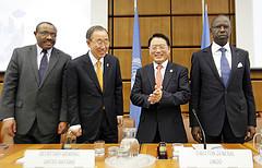 De izquierda a derecha: el primer ministro de Etiopía, lemariam Desalegn; el secretario general de la ONU, Ban Ki-moon; el director general de la Onudi, Li Yong, y el primer ministro de Senegal, Mahammed Dionne, en el foro sobre ISID. Crédito: Cortesía de Onudi