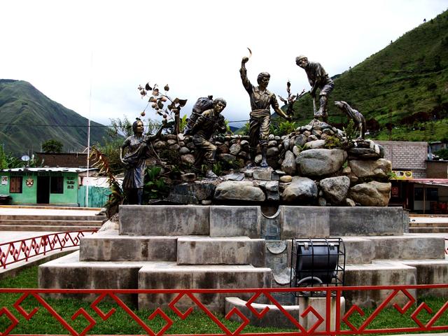 Monumento al cultivo de la granadilla en el pueblo de Santa Teresa, que sus pobladores no podrán producir en 20 años más, por la elevación de las temperaturas en esta zona montañosa de Cusco, en los Andes de Perú. Crédito: Cortesía de Karim Quevedo