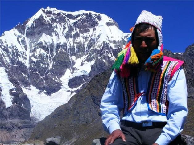 Cayetano Huanca, quien vive cerca del glaciar de Auzangate, en el departamento de Cusco, en los Andes de Perú. En pocos años, ese nevado podría extinguirse, como ya ha sucedido con otros en el país. Crédito: Oxfam