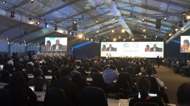 La capital de Perú hospeda desde este lunes 1 de diciembre la 20 Conferencia de las Partes de la convención sobre cambio climático. Una de las sesiones plenarias de la jornada inaugural de las negociaciones que concluirán el día 12. Crédito: Diego Arguedas Ortiz /IPS