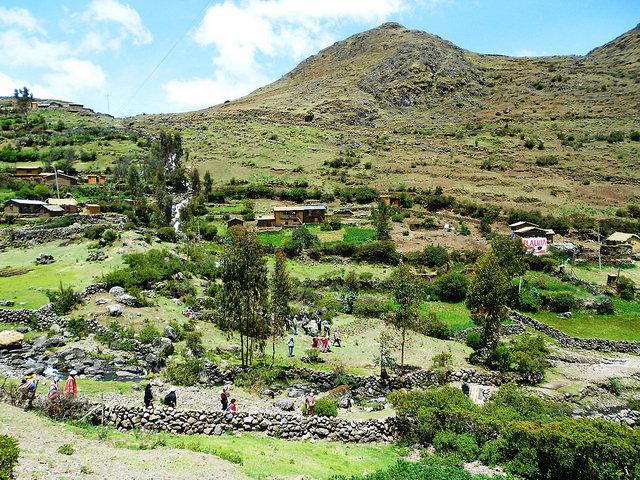 Parte baja del Parque de la Papa, en el municipio rural de Pisac, en el departamento de Cusco, en Perú. Se trata de una unidad de conservación biocultural que une comunidades quechuas en la preservación de su cultivo milenario. Crédito Fabíola Ortiz/IPS