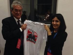 """""""Hay que detener la locura y prohibir las armas nucleares de una vez por todas"""", exhortó Tony de Brum, el ministro de Relaciones Exteriores de las islas Marshall, en la foto junto a Daniela Varano, de la ICAN. Crédito: ICAN"""