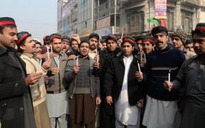 Activistas del Partido del Pueblo de Pakistán rinden homenaje a las víctimas del atentado del 16 de diciembre. Crédito: Ashfaq Yusufzai/IPS