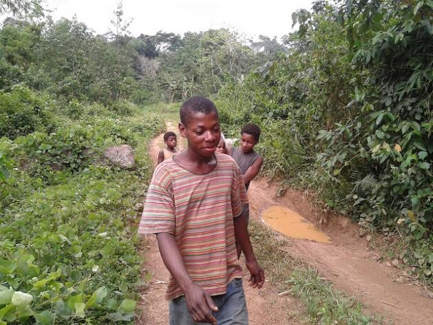 Niños de una de las localidades de Ocean Division, en el sur de Camerún, que perdieron gran parte de sus bosques cuando el gobierno los arrendó a una empresa maderera. Crédito: Monde Kingsley Nfor/IPS