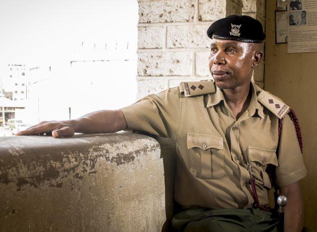 El inspector de policía Ali Mlalanaro le está ganando la batalla al sida gracias a su transparencia. Crédito: Amunga Eshuchi